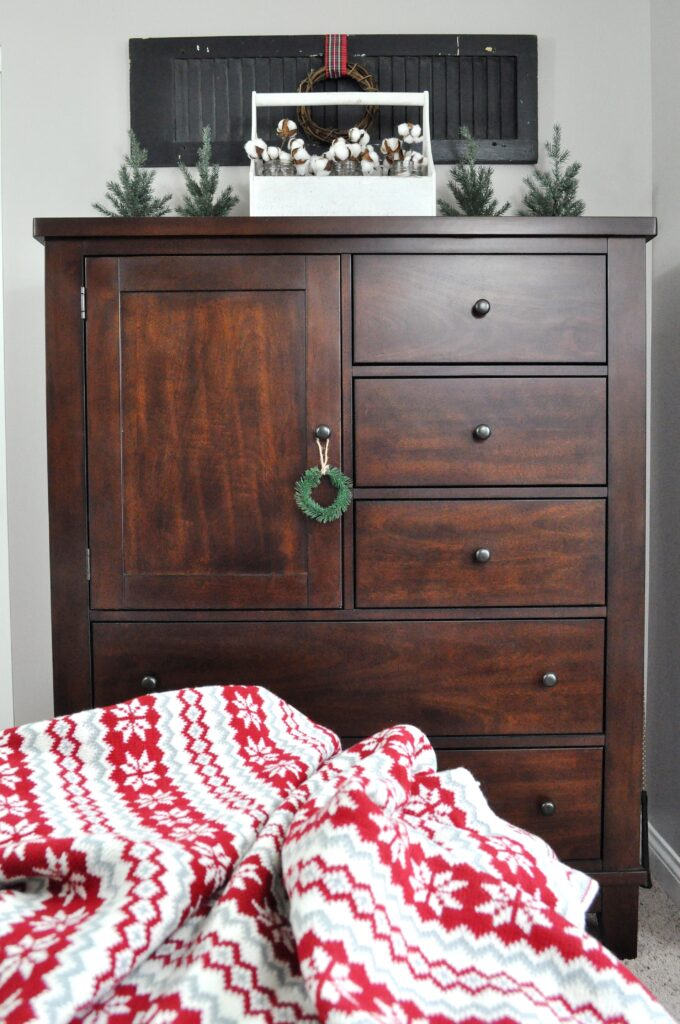 Farmhouse Chrismas Home Tour. Chest