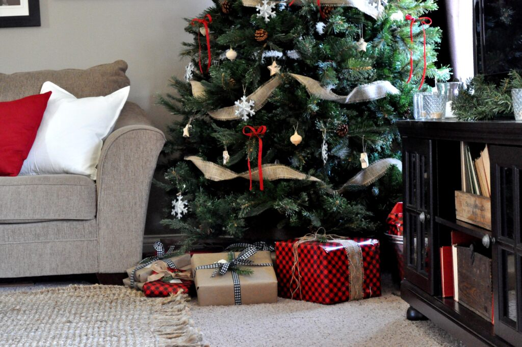 Farmhouse Chrismas Home Tour. Rustic Living Room