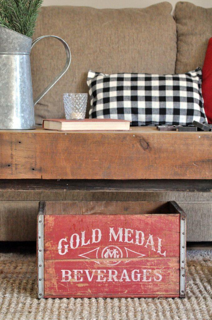 Farmhouse Chrismas Home Tour. Vintage Red Crate